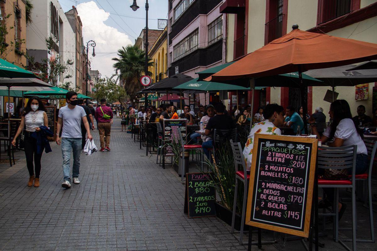 Coronavirus: La farsa que atrapó a las sillas de la Ciudad de México: obligados a servir comida para beber