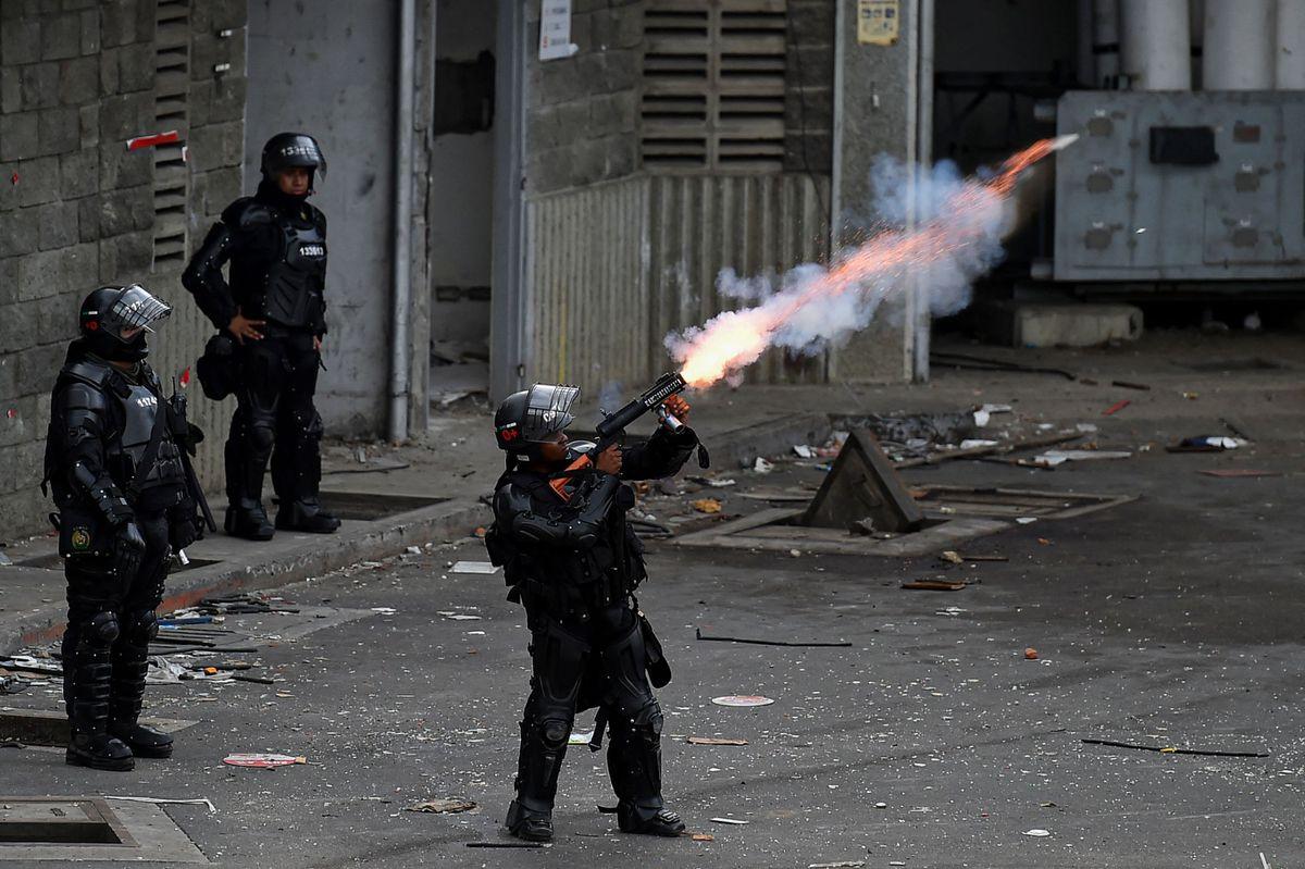 De lanzacohetes a disparos por la espalda: videos de policías redundantes durante las protestas en Colombia |  Internacional
