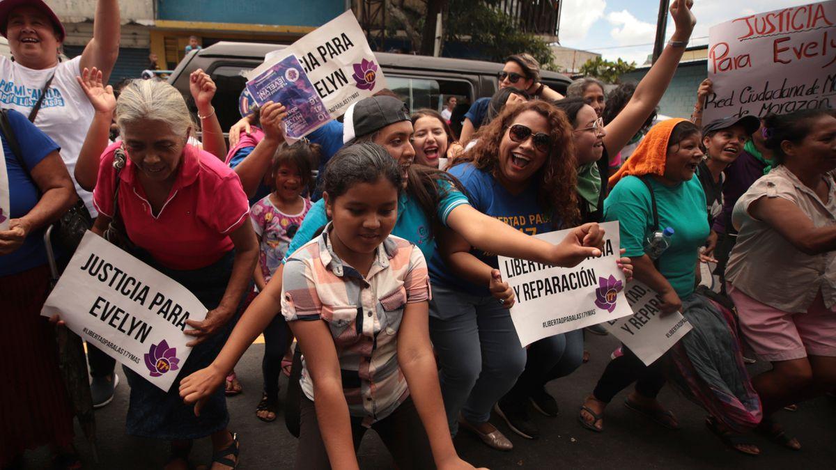 Feminismo: Parlamento de el Salvador propone despenalizar el aborto  Internacional