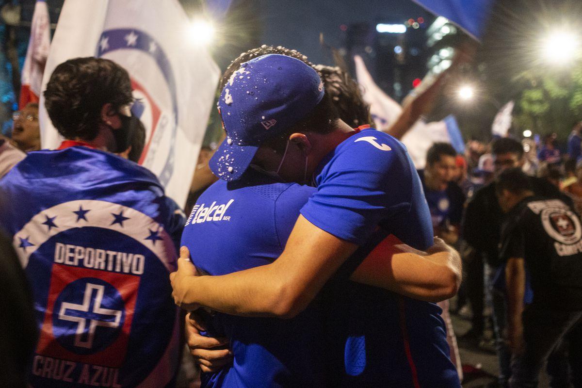 """Liga MX: Los aficionados de Cruz Azul celebran el título más sufrido y añorado: """"Cruzazuleadas fin"""""""