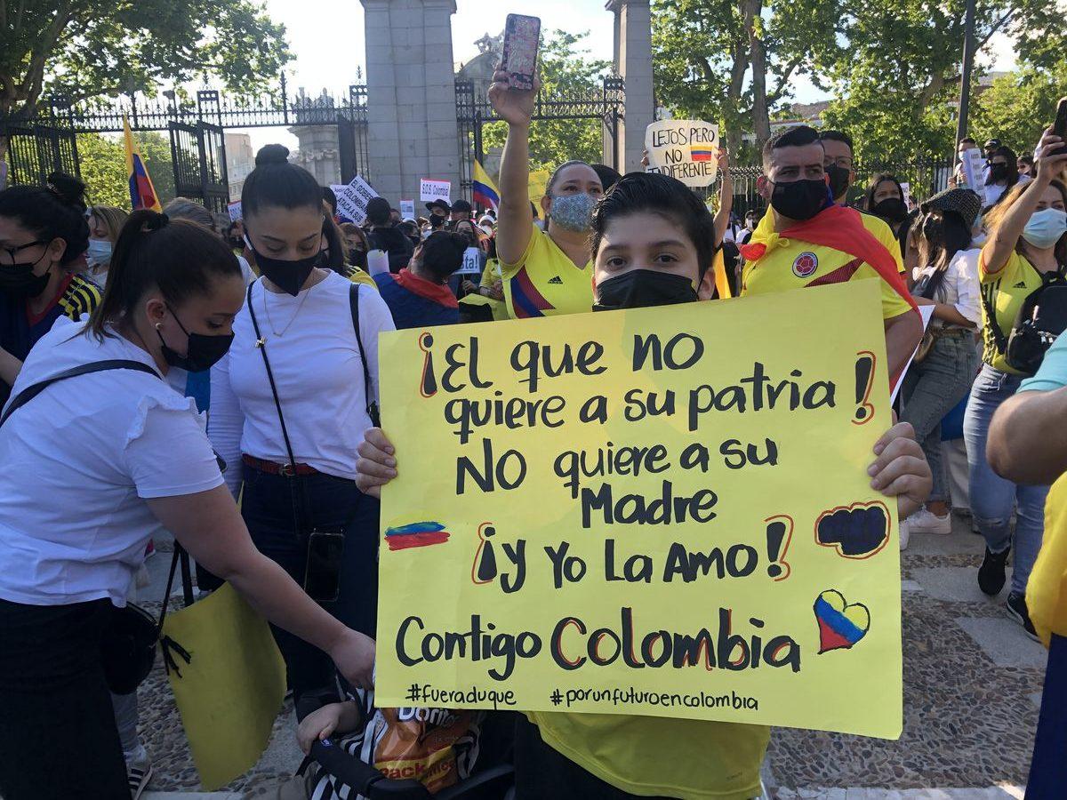 Miles de colombianos se manifiestan en Puerta de Alcalá en apoyo al paro nacional  Madrid