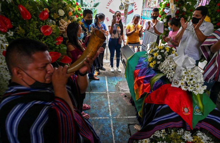Protesta en Cali: ONU quiere que Colombia investigue a la policía que escolta a civiles armados mientras dispara contra manifestantes    Internacional