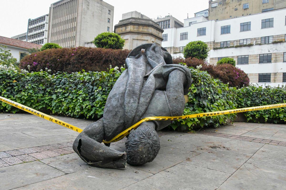 Protestas: Grupos locales derriban la estatua del fundador español de Bogotá  Internacional