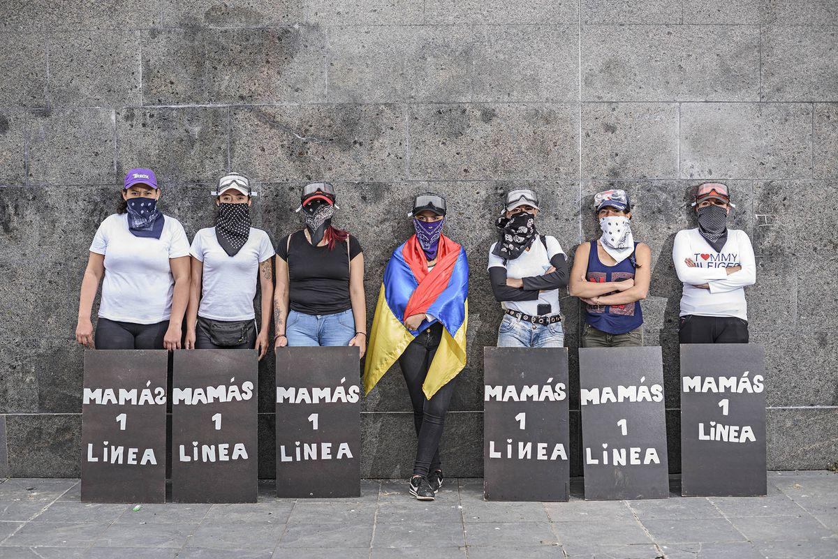 """Protestas colombianas: """"Primera línea de madres"""": los colombianos se enfrentan a la policía para rescatar a los manifestantes    Internacional"""