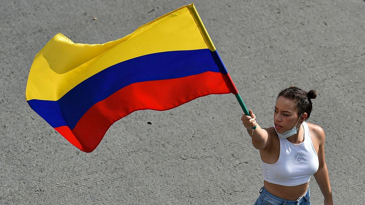 Standard & Poor's reduce la deuda de Colombia  Ciencias económicas
