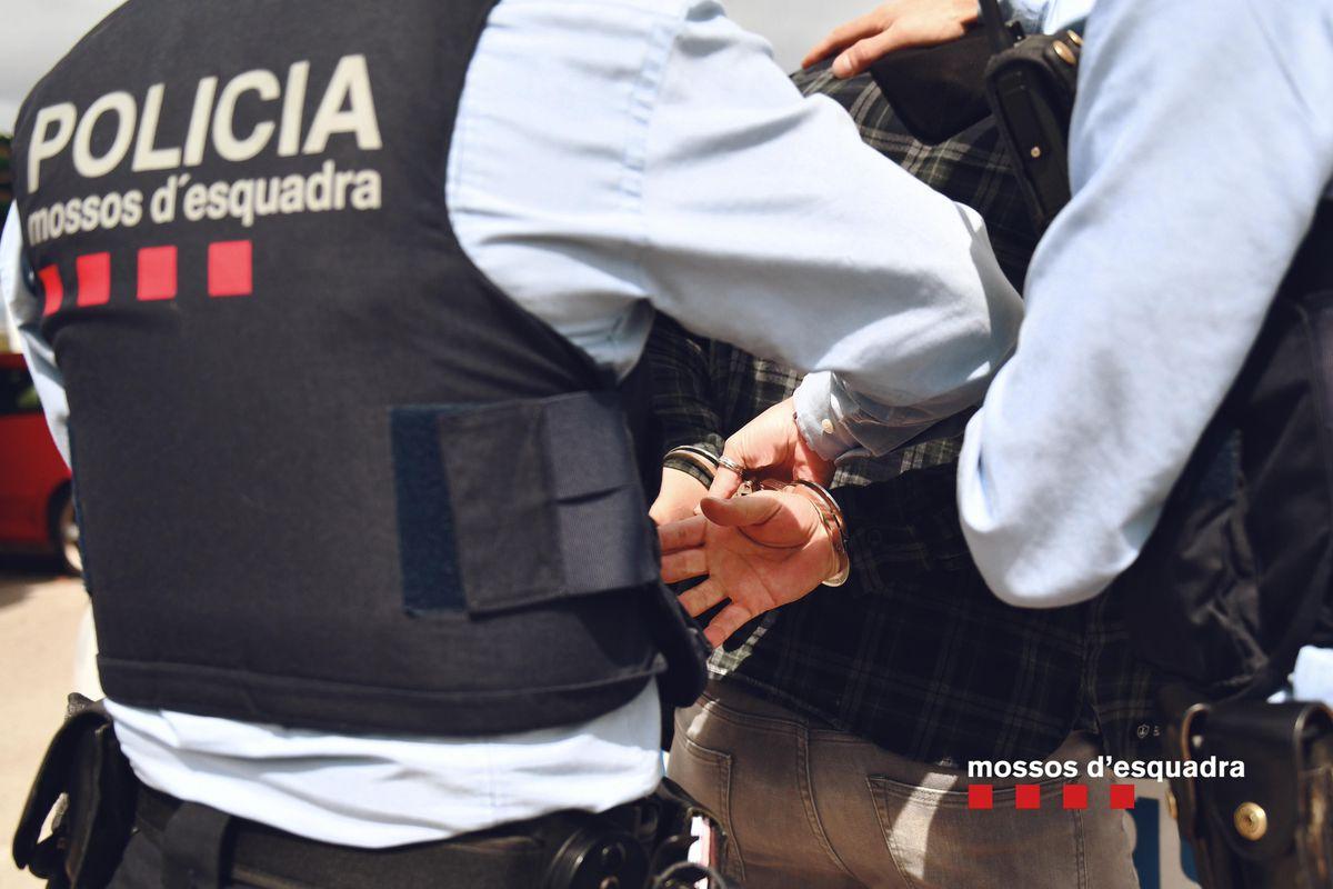 Dos detenidos por robar a una persona discapacitada, grabar un robo y subirlo a Internet  Cataluña