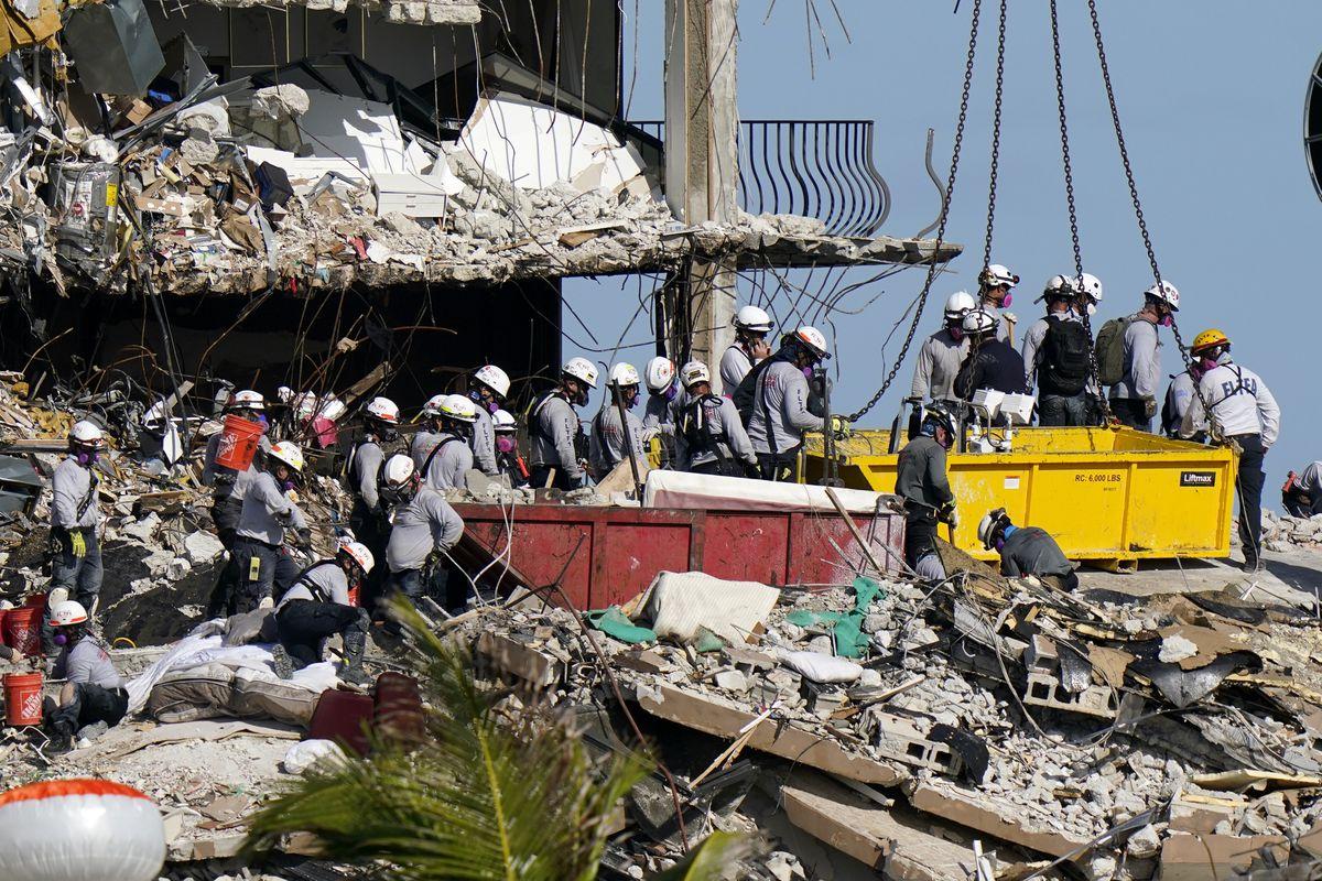 Excavación de 38 metros para rastrear señales de vida en las ruinas de un edificio derrumbado en Miami    Internacional