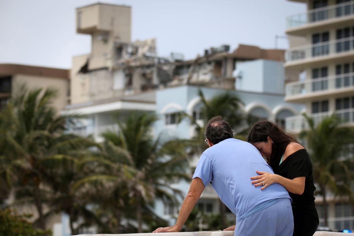 Familiares de víctimas de deslizamientos de tierra en Miami visitan el área de desastre por primera vez  Internacional