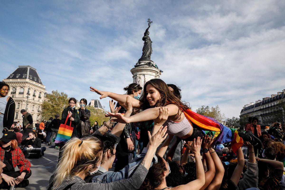 Francia aprueba la reproducción asistida para mujeres lesbianas y solteras  Comunidad