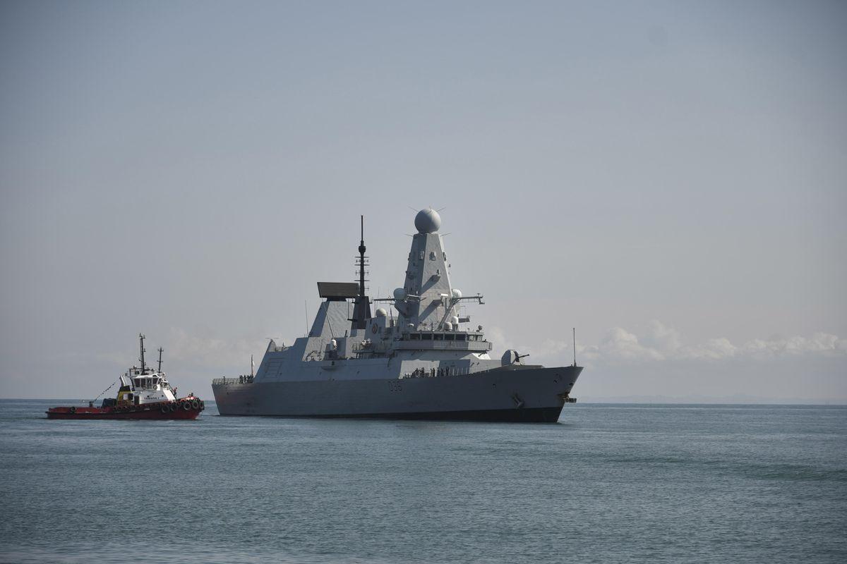 HMS Defender: Documentos clasificados del Ministerio de Defensa británico encontrados olvidados en una parada de autobús    Internacional