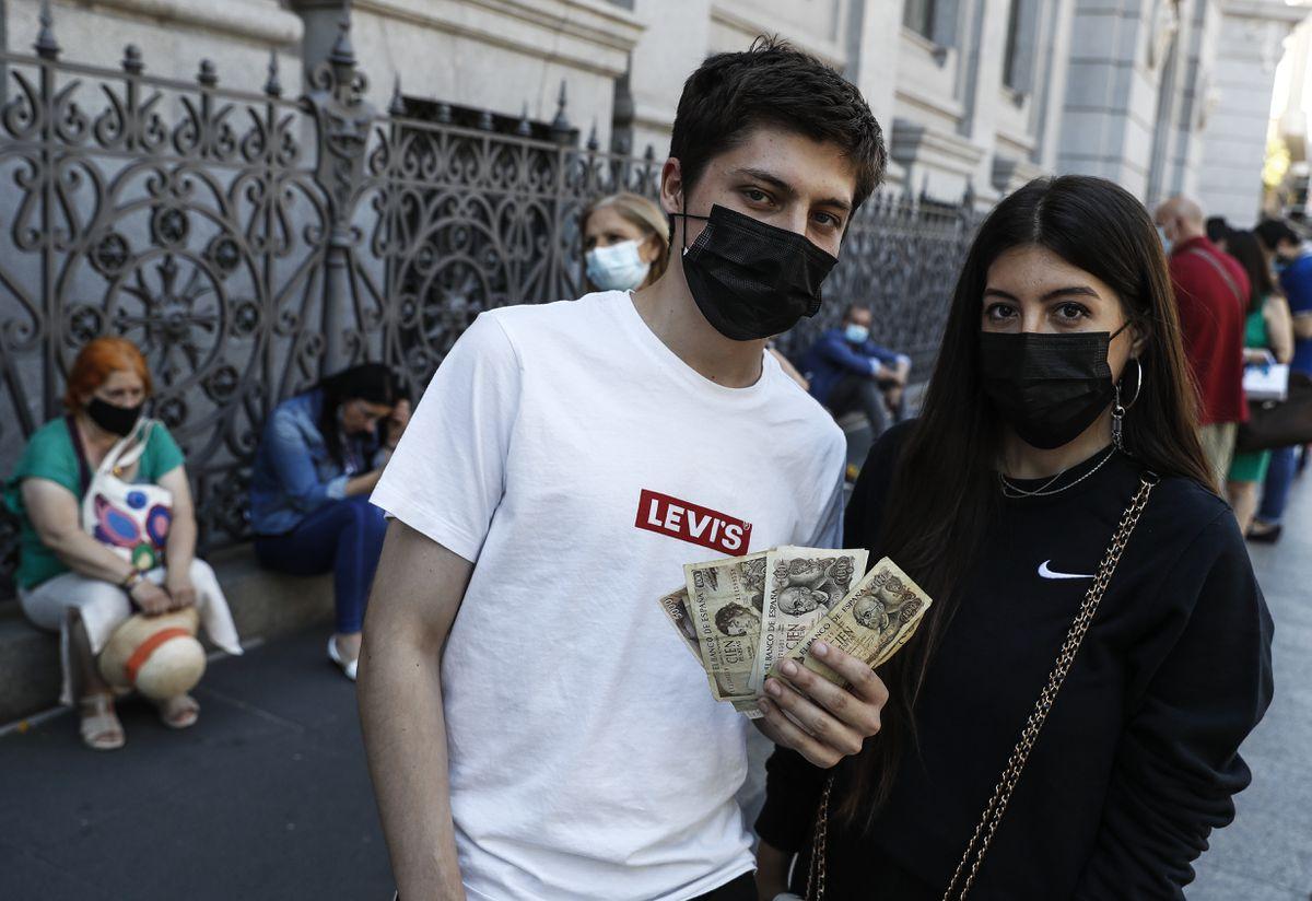 Los adolescentes saludan y se despiden de la peseta  Ciencias económicas