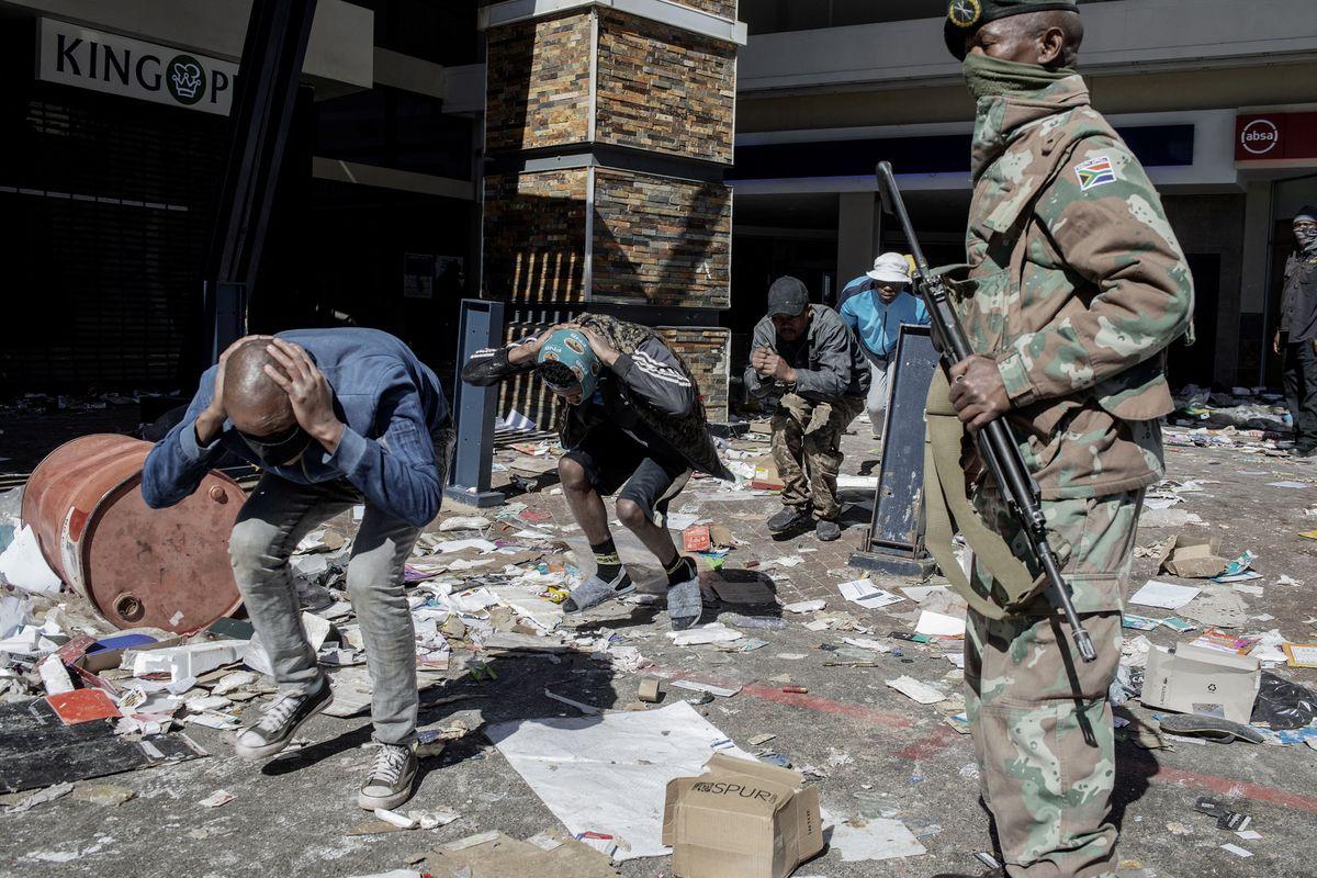 Al menos 72 muertos en ola de violencia desde la prisión de Zuma en Sudáfrica  Internacional