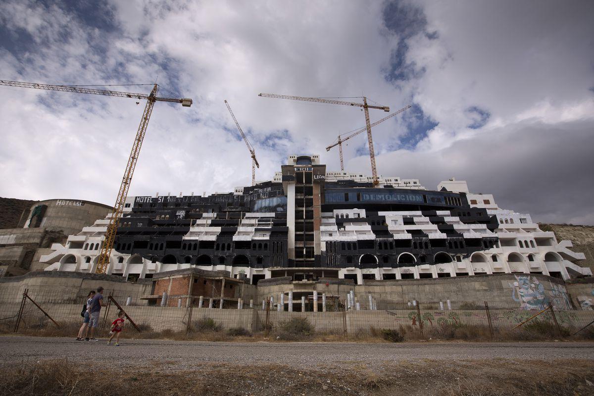 El Tribunal Supremo de Andalucía rechaza el derribo del Hotel el Algarrobico  Clima y medio ambiente