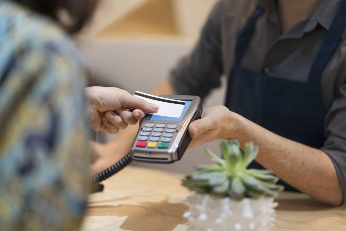 En 2020, los comerciantes pagan a los bancos 562 millones por compras con tarjeta, un 15% menos que el año anterior    Ciencias económicas