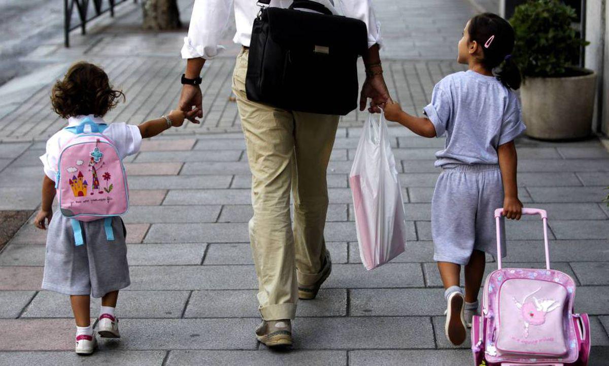 Familias vulnerables: así se ven afectadas las desigualdades en la salud infantil y el rendimiento escolar  Familia  Mamás y papás