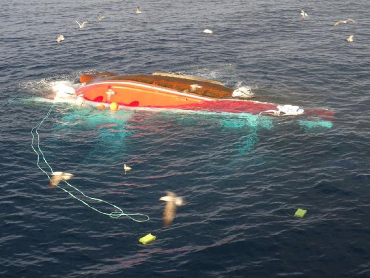 Hombre desaparecido y nueve marineros rescatados tras el vuelco de un pesquero en Cantabria |  España