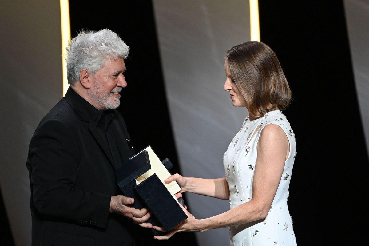 Jodie Foster, una emocionante Palma de Oro, presentada por Pedro Almodóvar  Cultura