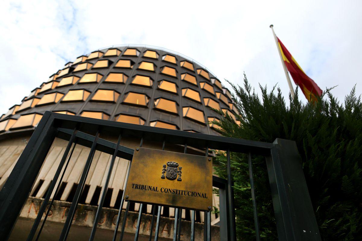La creación de seis magistrados mediante el voto específico de Conde Pumpido obliga a suspender el Pleno del Tribunal Constitucional |  España
