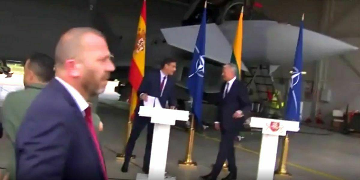 La rueda de prensa de Sánchez en una base militar lituana interrumpida por una señal aérea  España