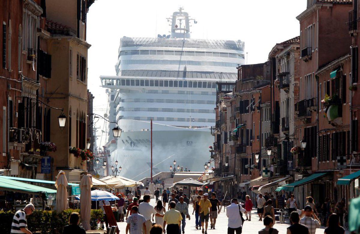 Los grandes cruceros ya no entrarán en el corazón de Venecia  Cultura