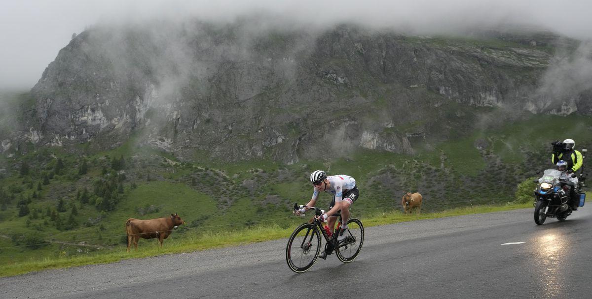Un monstruo depredador devora el Tour de Francia en los Alpes  deporte