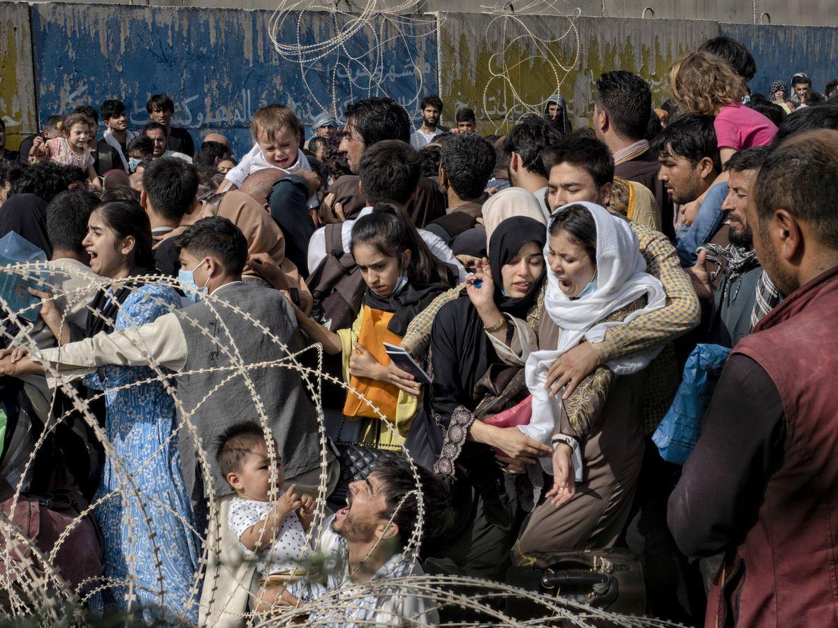 """Afganistán: Caos, golpe y desesperación en torno al aeropuerto de Kabul: """"Aún tienes que llegar""""    Internacional"""