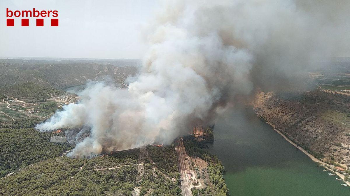 """Bomberos movilizan """"todos los recursos"""" para un incendio que amenaza Matarania  Cataluña"""