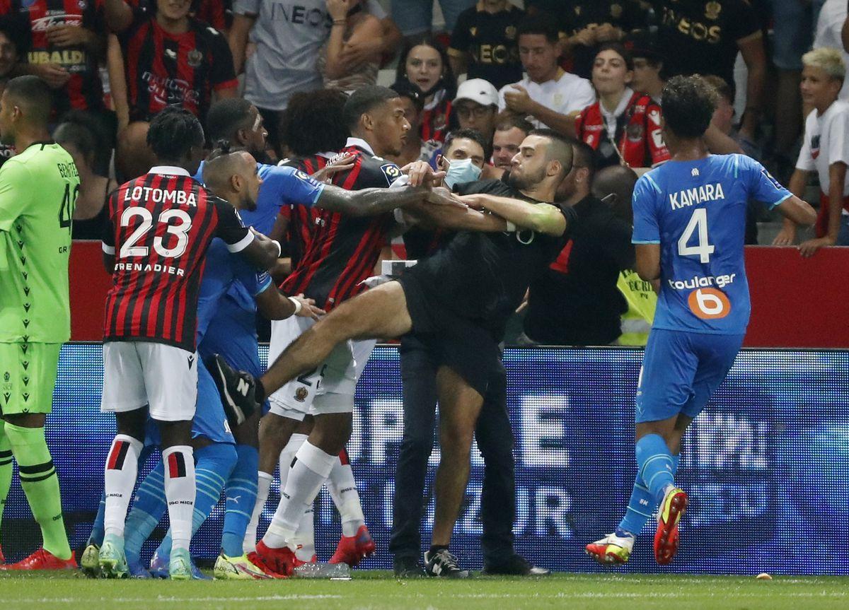Buena afición sale al campo para atacar a los jugadores del Marsella  deporte
