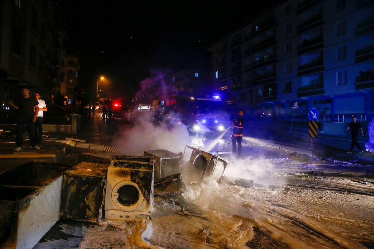 Cientos de personas irrumpen en tiendas y hogares de refugiados en Ankara tras la muerte de un joven a manos de un sirio |  Internacional