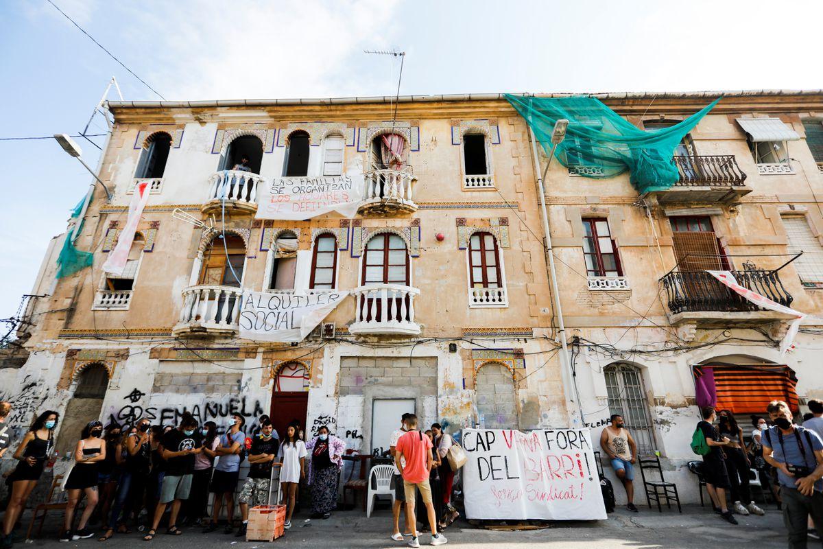 Covered Cross: Presión vecinal retrasa la reubicación de 12 familias de dos edificios en riesgo de colapso en Valencia    Valencia