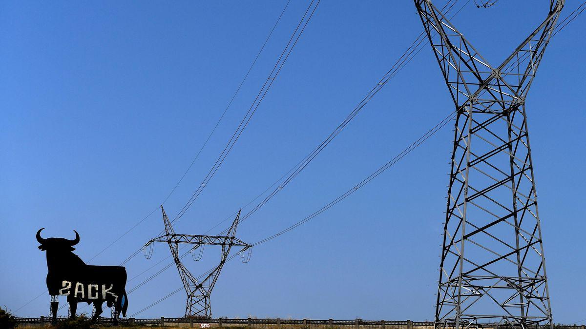 El precio de la electricidad vuelve a batir otro récord histórico: 130 euros el megavatio-hora, seis euros más caro en tan solo 24 horas    Ciencias económicas