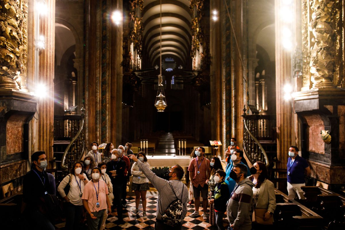 La Catedral de Santiago abre sus puertas a 50 personas para visitas guiadas nocturnas  Revista de verano