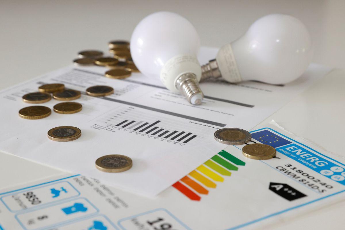 La mala noticia: la subida de la electricidad te afectará independientemente del tipo de cambio que tengas y otras claves de la escalada de precios    Ciencias económicas