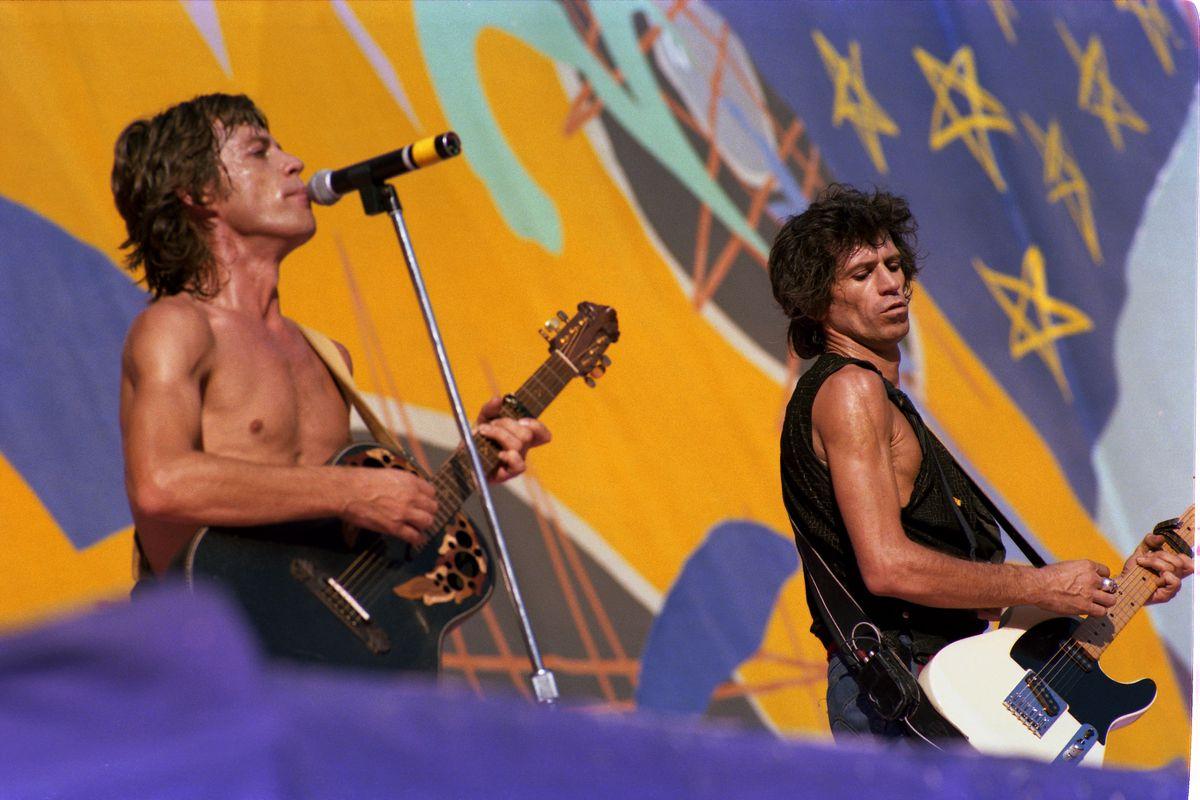 """Los Rolling Stones lanzaron una canción inédita, el rockero """"Living In The Heart Of Love""""  Revista de verano"""
