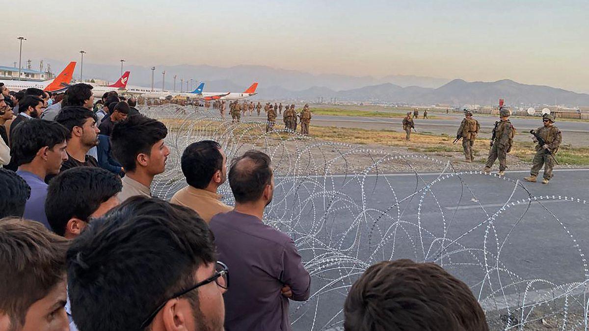 Los españoles en Afganistán y el personal de la embajada ya esperan en el aeropuerto de Kabul  España