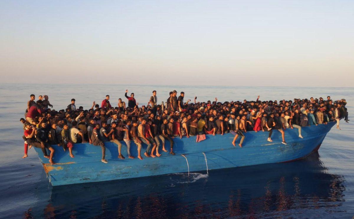 Más de 500 migrantes logran llegar a Lampedusa en barcaza de madera  Internacional