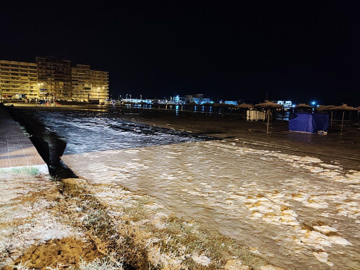 Tsunami meteorológico inunda la costa de Santa Pola y daña su flota pesquera    Valencia