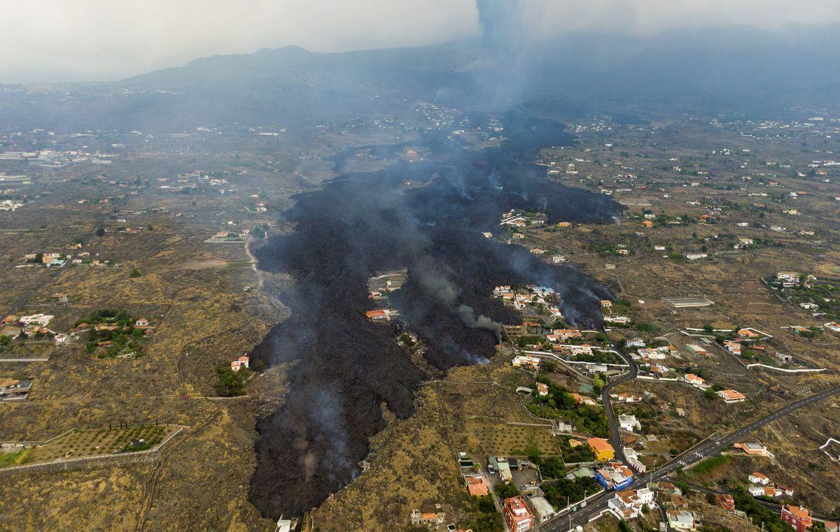 Cumbre Vieja: Últimas noticias del volcán en erupción de La Palma, en directo |  El frente de lava alcanza una altura de 12 metros, pero ralentiza su avance hacia el mar  España