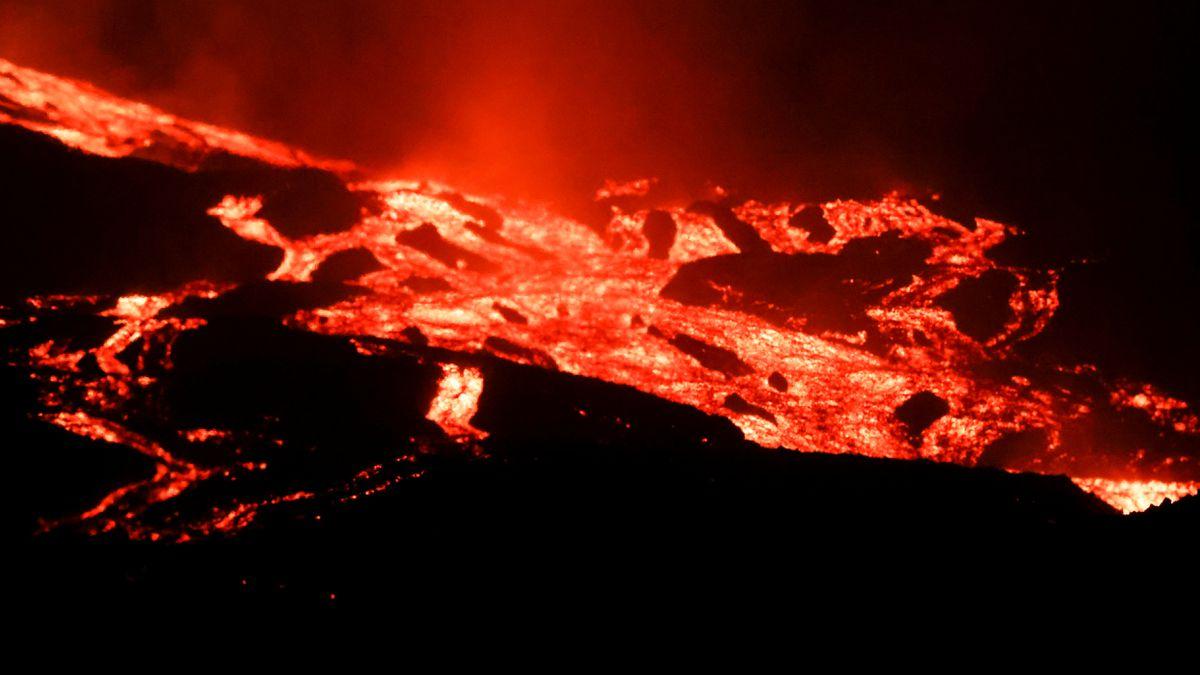 Cumbre Vieja: Últimas noticias del volcán en erupción de La Palma, en directo    La lava se encuentra entre 800 y 1000 metros del mar.  España