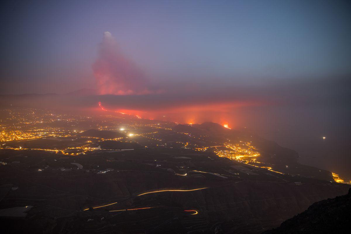 Cumbre Vieja: Últimas noticias del volcán en erupción de La Palma, en directo    El río de lava cae al océano desde una roca y provoca gas y la formación de una pirámide de 50 metros    España