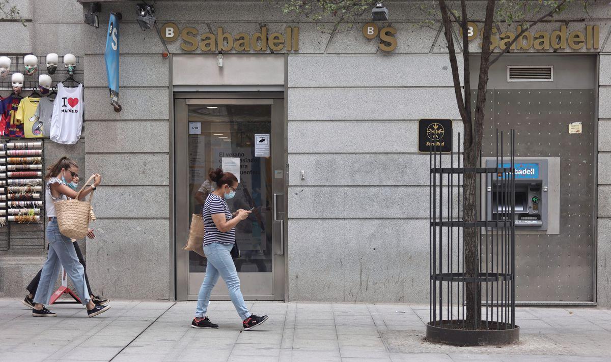 Banco Sabadell anuncia a los sindicatos el cierre de 320 oficinas  Ciencias económicas