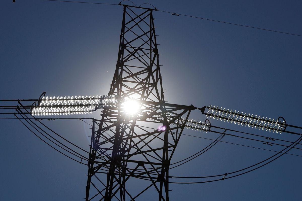 El precio de la luz deja de subir, pero se mantiene casi en máximos históricos de 137,7 euros el megavatio-hora    Ciencias económicas
