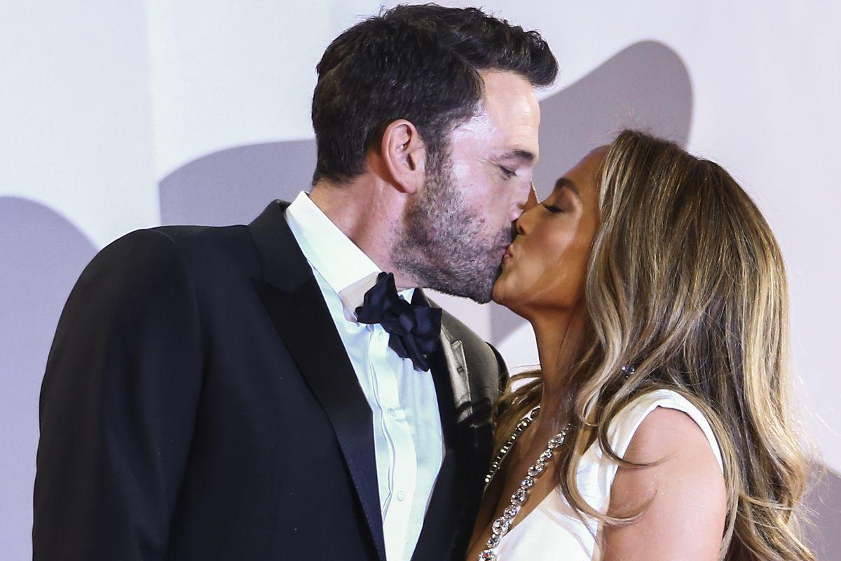 Jennifer Lopez y Ben Affleck dan rienda suelta a su amor en la alfombra roja  Gente