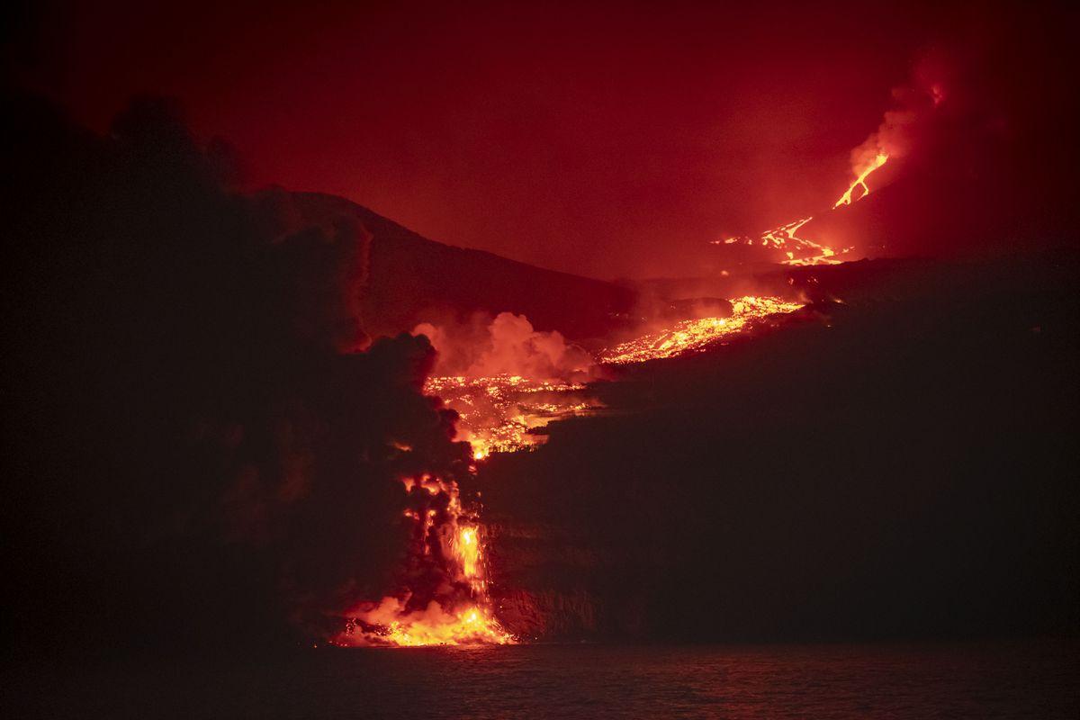 La lava del volcán La Palma llega al mar  Comunidad