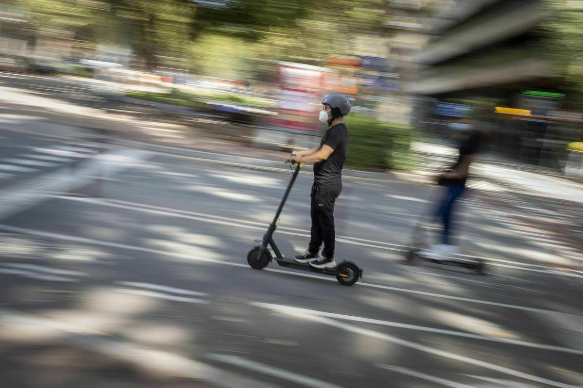 La nueva ley de tráfico obligará a los usuarios de patinetes a llevar casco  España