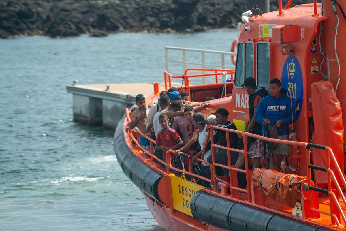 Más de 300 migrantes llegan a Canarias en un día  España