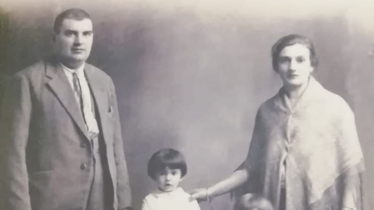 """Querido abuelo: Logré salvarte.  Ahora estás descansando con tu esposa """".  España"""