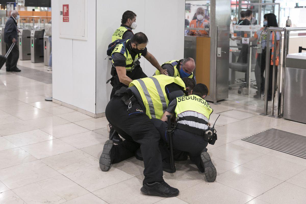Agente de seguridad privada detenido tras golpear a una mujer que ya había sido derribada en Barcelona |  Cataluña