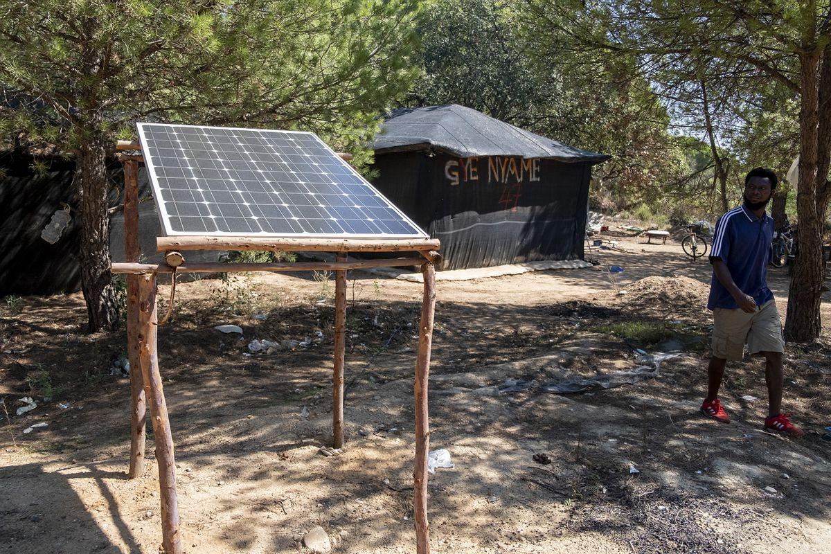 Paneles solares para la luz de inmigrantes temporales desmantelados por la policía local  España