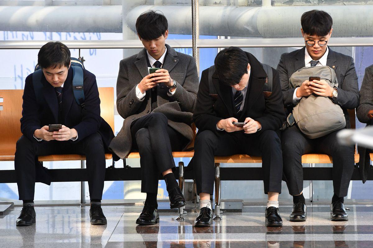 """Pegado a nuestros teléfonos móviles: Byung-Chul Han contra el """"teléfono inteligente"""" como un osito de peluche digital    Ideas"""